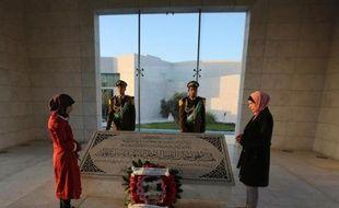 Des Palestiniens se recueillent devant la tombe de Yasser Arafat au 10e anniversaire de sa mort le 10 novembre 2014 à Ramallah