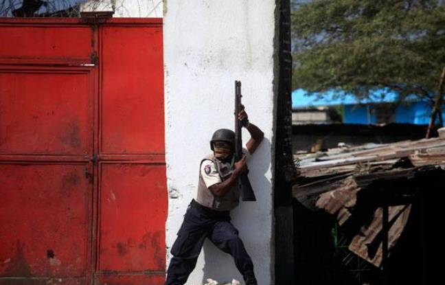 Un policier haïtien lors d'émeutes à Port-au-Prince, le 17 janvier 2010.