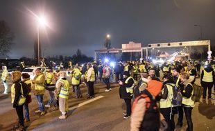 """Entre 100 et 200 """"gilets jaunes"""" ont occupé pendant moins de deux heures la voie menant au pont d'Aquitaine lundi soir."""