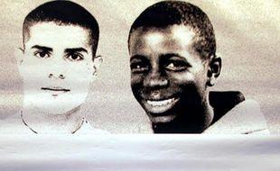 Photo prise le 13 octobre 2006 à Clichy-sous-Bois d'un drap sur lequel sont imprimés les portraits de Zyed et Bouna, deux adolescents morts en 2005 lors des émeutes dans les banlieues