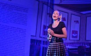 La chanteuse Aurore Delplace («The Voice 2») dans le spectacle musical «Salut Les Copains» aux Folies Bergères à Paris, le 16 mai 2013.