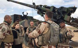 La ministre de la Défense, Florence Parly, avec des militaires de l'opération Chammal, le 9 février 2019 en Irak.