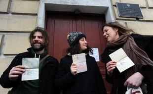 Six militants de Greenpeace amnistiés par la Russie, cinq Britanniques et un Canadien, rentraient vendredi dans leur pays via l'aéroport parisien de Roissy, 100 jours après avoir été arrêtés pour une action dans l'Arctique.