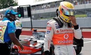 Derrière, Hamilton et Rosberg se précipitaient pour repartir mais ne pouvaient freiner à temps pour éviter l'obstacle formé devant eux par la Ferrari et la BMW Sauber immobilisées. Hamilton tamponnait Raikkonen et les deux hommes abandonnaient.
