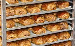 Illustration de pains au chocolat dans une boulangerie.