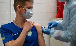 Un membre de l'équipe olympique ukrainienne qualifié pour les Juex reçoit une injection du vaccin contre le Covid-19.