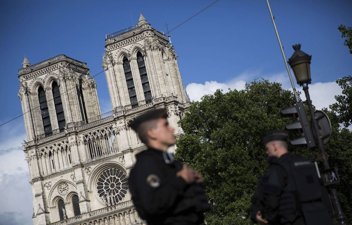 L'enquête sur l'attaque au marteau d'un policier devant Notre-Dame de Paris le 6 juin 2017 se concentre sur le profil de l'assaillant. – SIPA