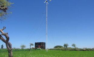 Une petite éolienne installée dans un champ-école au Sénégal, dans le cadre du projet Eolsénégal.