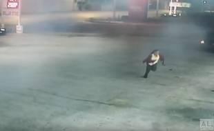 Les images de la caméra de surveillance montrent la jeune femme en train de s'échapper.