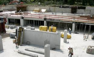 Des ouvriers s'activent, le 13 juin 2007 sur un chantier de la compagnie Cari à Cagnes-sur-Mer.