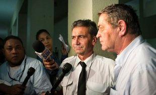 Les pilotes français Pascal Fauret (d) et Bruno Odos (c), accusés d'avoir transporté de la cocaïne de la République dominicaine à la France, ici le 15 août 2015 à Saint-Domingue