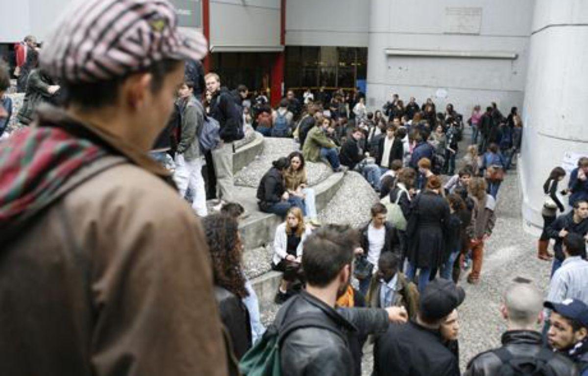 Quelques 800 étudiants réunis le 9 mai 2007 en assemblée générale  ont voté la grève et le blocage de l'université Tolbiac Paris I Panthéon-Sorbonne. – 20 minutes / Vincent Baillais