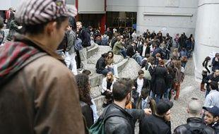 Quelques 800 étudiants réunis le 9 mai 2007 en assemblée générale  ont voté la grève et le blocage de l'université Tolbiac Paris I Panthéon-Sorbonne.