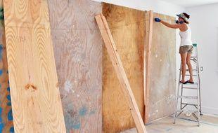 On protège les habitations avant l'arrivée de l'ouragan.