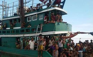 Des migrants birmans appellent à l'aide au large de la Thaïlande, le 14 mai 2015.