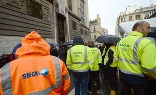 Une cinquantaine de salariés de la compagnie se sont rassemblés devant le tribunal de commerce.