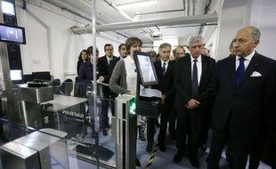 Le ministre des Affaires étrangères Laurent Fabius, dans le cadre de la diplomatie économique au service des entreprises françaises qu'il défend, a visité mercredi en banlieue parisienne le site de recherche de Morpho, leader mondial sur le marché de la sécurité.