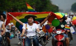 Des dizaines de vélos décorés de ballons et de drapeaux arc-en-ciel ont sillonné dimanche les rues de Hanoï à l'occasion de la première gay pride organisée au Vietnam.