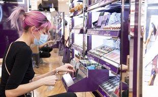 Les ventes de maquillage, et notamment de rouge à lèvres, ont chuté en raison du coronavirus.