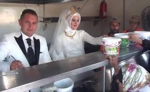 Fethullah Üzümcüoglu et Esra Polata, un couple de mariés turcs, partage son repas de noces avec quelque 4.000 réfugiés syriens dans un camp de la province de Kilis, dans le sud de la Turquie.