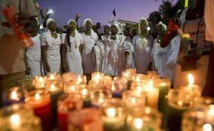 Des haïtiennes lors d'un défilé sur le parcours du carnaval pour rendre hommage aux victimes, le 17 février 2015 à Port-au-Prince