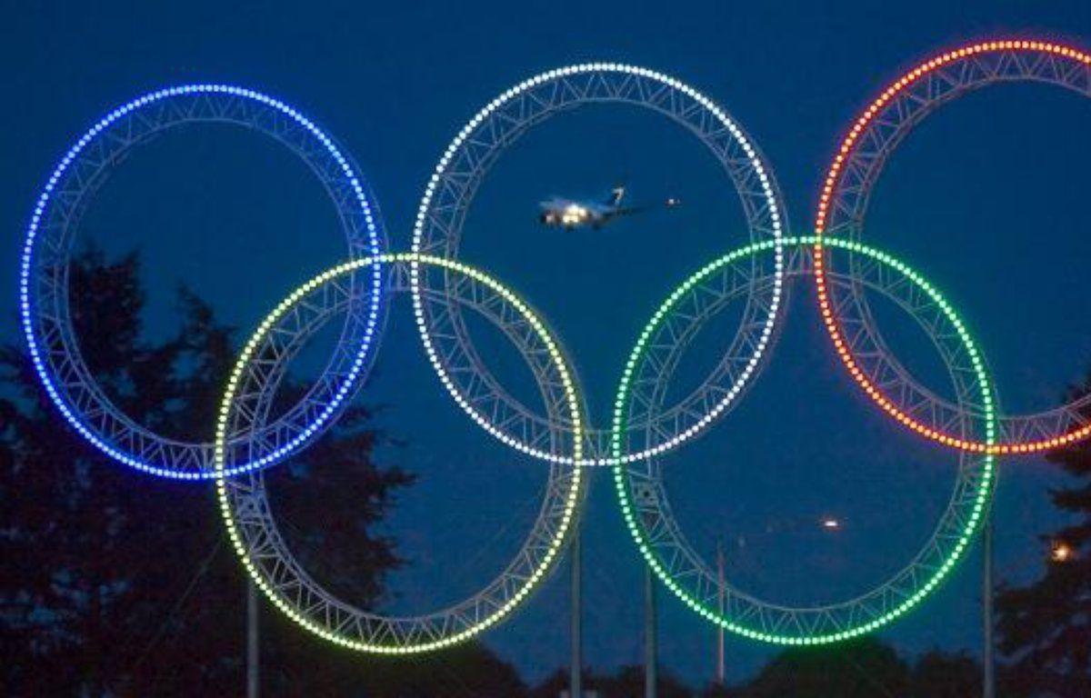 Les anneaux olympiques, illuminés à Vancouver, le 5 mars 2009. – A.Clark/REUTERS