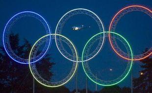 Les anneaux olympiques, illuminés à Vancouver, le 5 mars 2009.