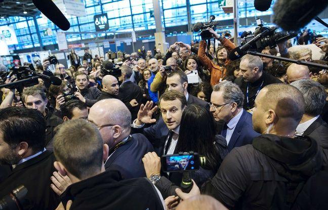 Emmanuel Macron au milieu des journalistes au Salon de l'Agriculture, le 1er mars.