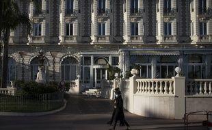 Le 12 mai 2020, devant l'hôtel Carlton à Cannes