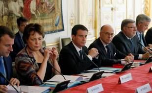 Le Premier ministre Manuel Valls lors d'une réunion à Matignon avec les pétroliers et les transporteurs le 28 mai 2016 à Paris