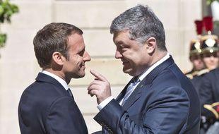 Emmanuel Macron et son homologue ukrainien Petro Poroshenko sur le perron de l'Elysée le 26 juin 2017.