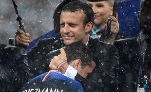 Emmanuel Macron visiblement ému, prend Grizou dans ses bras