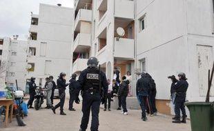 Des policiers effectuent des contrôles d'identité lors d'une opération anti-drogue le 12 janvier 2012 dans le quartier Bassens à Marseille