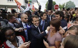 Le président Emmanuel Macron prend un bain de foule alors qu'il rend visite aux employés de l'équipementier GM&S, menacé de liquidation, à la sous-prefecture de Bellac (Haute-Vienne) le 9 juin 2017.