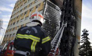 """L'enquête sur l'incendie d'un foyer de migrants dimanche matin à Dijon, qui a fait sept morts et cinq blessés entre la vie et la mort selon un dernier bilan, s'annonçait """"longue et difficile"""" lundi, d'autant plus que l'alarme de l'immeuble a """"fonctionné"""" selon le parquet."""