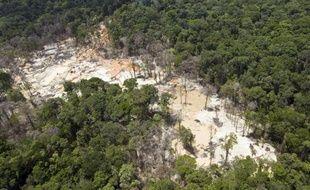 Deux personnes ont trouvé la mort, dont un militaire, dans une opération conjointe entre l'armée et la gendarmerie contre l'orpaillage clandestin en Guyane, a-t-on appris mercredi de source préfectorale.