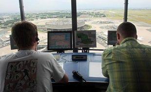 Des premiers retards, mais pas d'annulation de vols, étaient constatés jeudi matin dans les aéroports parisiens en raison d'une grève de plusieurs syndicats de contrôleurs aériens opposés à un projet de réforme européen.