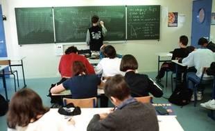 Des collégiens dans une salle de classe.