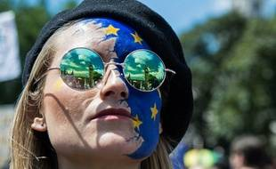 Une manifestante en faveur du maintien de la Grande-Bretagne dans l'UE, lors de la manifestation à Londres, le 2 juillet 2016.