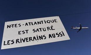 Lors d'une manifestation le 27 avril. Un panneau Nantes Atlantique est sature. Les riverains aussi.//Credit:SEBASTIEN SALOM GOMIS/SIPA/