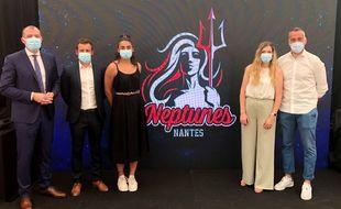 Yoann Joubert, Pierre Peltier, Orlane Ahanda, Marianne Buron et Guilaume Saurina entourent le nouveau logo de Neptunes Nantes.