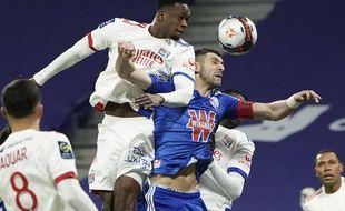 Comme ici la semaine passée face au Strasbourgeois Stefan Mitrovic, Sinaly Diomande prend le plus souvent le dessus sur ses adversaires directs sur coups de pied arrêtés.