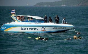 Les secouristes thaïlandais s'apprêtaient lundi à récupérer le ferry coulé au large de la station touristique de Pattaya, au lendemain d'un drame qui a fait six morts dont la moitié de touristes étrangers.
