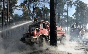 Despompiers luttent contre le feu à Pessac, le 26 juillet 2015.