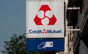 Le groupe bancaire Crédit Mutuel a annoncé mercredi avoir enregistré en 2011 un bénéfice net en baisse de 27% à 2,1 milliards d'euros, un recul en grande partie liée au provisionnement de ses titres d'Etat grecs.