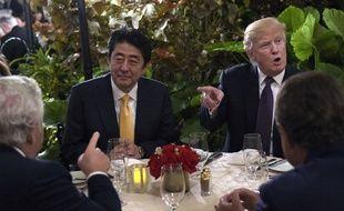 Donald Trump dîne avec le Premier ministre japonais Shinzo Abe dans son club de golf en Floride, le 10 février 2017.