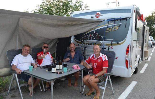 Les Danois Peter, Leo, Joergen et Jesper ont organisé leurs vacances ensemble afin de pouvoir assister pour la première fois au passage du Tour de France à l'Alpe d'Huez.