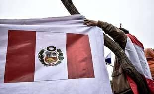 Le drapeau du Pérou avec les armoiries du pays (illustration).