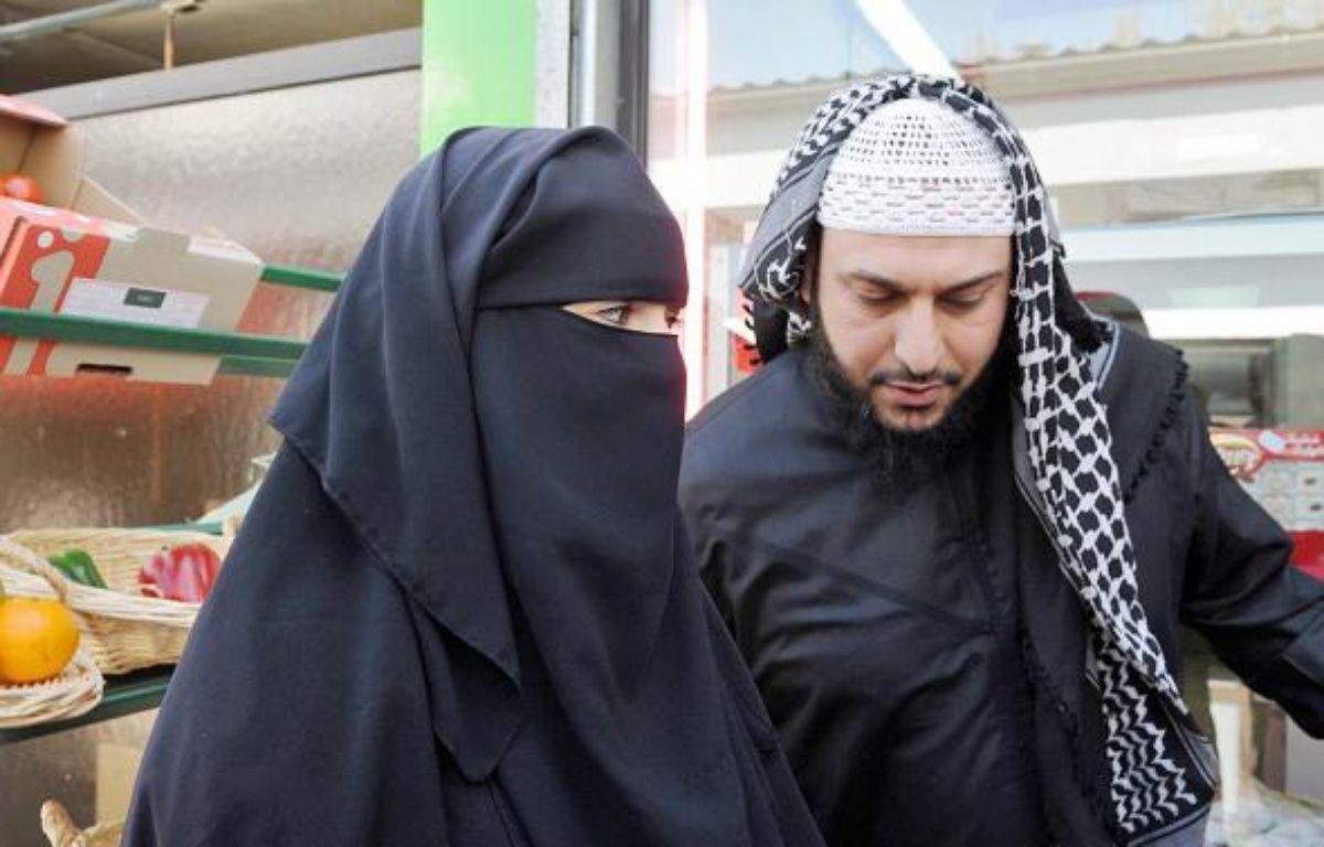 Le Nantais accuse de polygamie par Brice Hortefeux aux cotes de sa femme, samedi. –  A. JOCARD / AFP