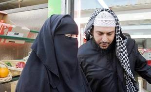 Le Nantais accuse de polygamie par Brice Hortefeux aux cotes de sa femme, samedi.